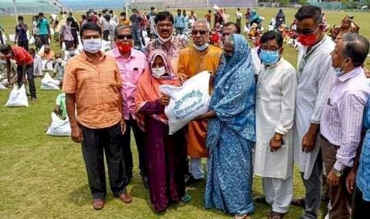 গাইবান্ধায় ৩শ' কর্মহীন অসহায় মানুষ পেল প্রধানমন্ত্রীর উপহার